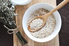 燕麦顶视图在木匙子的 库存照片