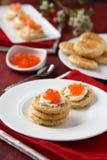 燕麦麸皮曲奇饼用红色鱼子酱和乳脂干酪 免版税图库摄影