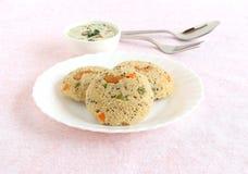 燕麦Idli健康印地安素食早餐用椰子酸辣调味品 库存照片
