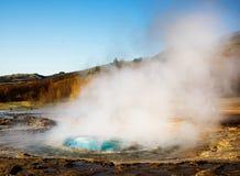 爆发喷泉冰岛 免版税库存图片
