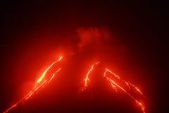爆发在堪察加的Klyuchevskoy火山夜视图  库存图片