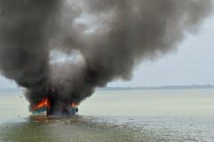 爆炸渔船 免版税库存照片