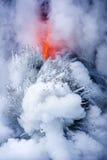 爆炸的熔岩流在夏威夷 免版税库存图片