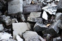 爆破混凝土和木瓦砾 库存照片