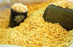 爆米花和它测量的罐在印度 免版税库存照片