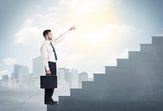 爬上一个具体楼梯概念的商人 免版税库存图片