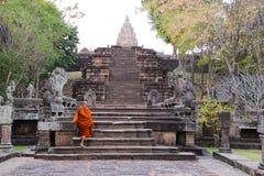 爬上台阶的修士在Pranom敲响了石Clastle,武里喃府,泰国 免版税图库摄影