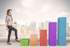 爬上在五颜六色的图柱子概念的企业人 免版税库存图片