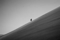 爬上大爸爸沙丘,沙漠风景,纳米比亚的一个人 免版税图库摄影