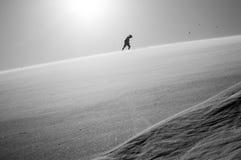 爬上大爸爸沙丘,沙漠风景,纳米比亚的一个人 免版税库存照片
