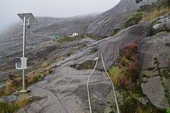 爬上往萨亚sayat小屋与太阳杆登上的检验站在左边 库存照片
