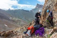 爬山者为上升做准备 免版税图库摄影