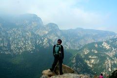 爬山者在少林山附近山顶观看峭壁在松山,中国 库存图片