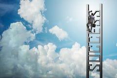爬成功的事业梯子商人 免版税库存图片