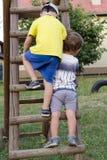 爬操场梯子的孩子 图库摄影