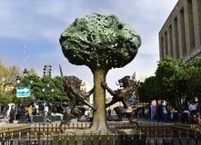 爬树的狮子雕象  免版税图库摄影
