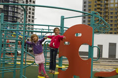爬梯子和看照相机的三个小孩 图库摄影