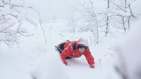 爬行入在雪的漂泊的疲乏的被用尽的人 影视素材