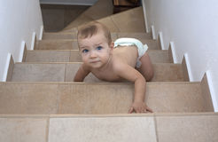 爬行台阶的男婴 免版税库存照片