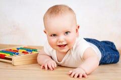 爬行在地板上的小男婴 库存图片