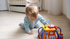 1爬行在地板上的岁小孩男孩在卧室 免版税图库摄影