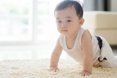 爬行在地毯的中国男婴 库存照片