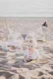 爬行在海滩的婴孩 库存图片