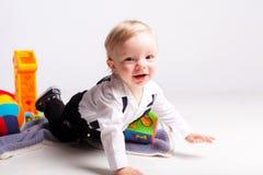 爬行在白色背景的微笑男孩 库存图片
