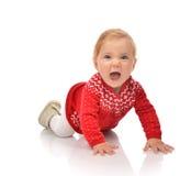 爬行在红色毛线衣的婴儿儿童女婴叫喊笑 免版税图库摄影