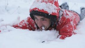 爬行在雪的被用尽的离群人 股票视频