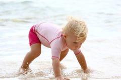 爬行在水中的婴孩 免版税库存照片