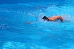 爬行在水池的年轻人 免版税库存图片