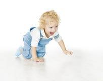 爬行小孩的男孩,婴孩孩子被隔绝在白色Backgrou 免版税库存照片