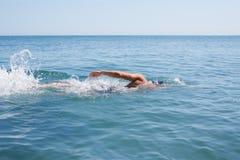 爬行浮动的游泳者 免版税库存照片
