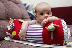 爬行的卷的新出生的婴孩 免版税库存图片