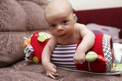 爬行的卷的婴孩 免版税库存照片
