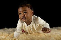 爬行的女婴 免版税库存照片