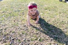 爬行的女婴   免版税库存图片