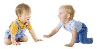 爬行的婴孩,愉快的儿童男孩一岁,在白色的孩子 免版税库存图片