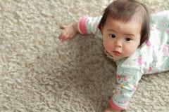 爬行的日本女婴 免版税库存图片