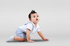 爬行的男婴 免版税图库摄影