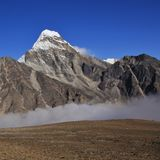 爬行的雾Gokyo谷,尼泊尔 库存照片