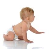 爬行婴儿儿童小的小孩坐或看惊叹 图库摄影
