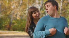 爱、关系、季节和人概念-愉快的年轻夫妇获得乐趣在秋天公园 股票录像