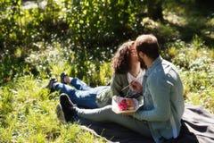 爱、关系、家庭和人概念-拥抱在秋天的微笑的夫妇停放 图库摄影