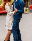 爱、关系、家庭和人概念-接近夫妇夫妇拥抱,交错的手指,跳舞 姿势  库存图片