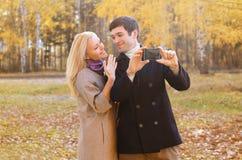 爱、关系、技术和人概念-愉快的夫妇 免版税库存照片