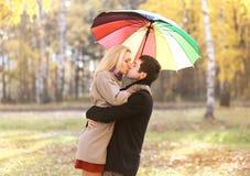 爱、关系、订婚和人概念-愉快的夫妇 库存图片