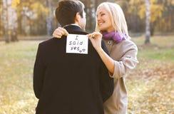 爱、关系、订婚和婚礼概念-夫妇 免版税库存照片