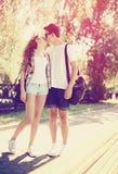 爱、时尚和人概念-夏天时髦的俏丽的夫妇 免版税库存图片